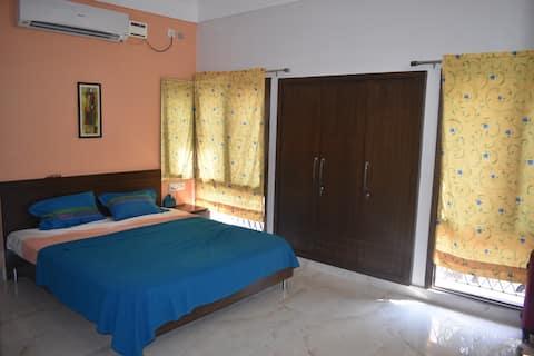 Kutumb- Warm and charming single room!