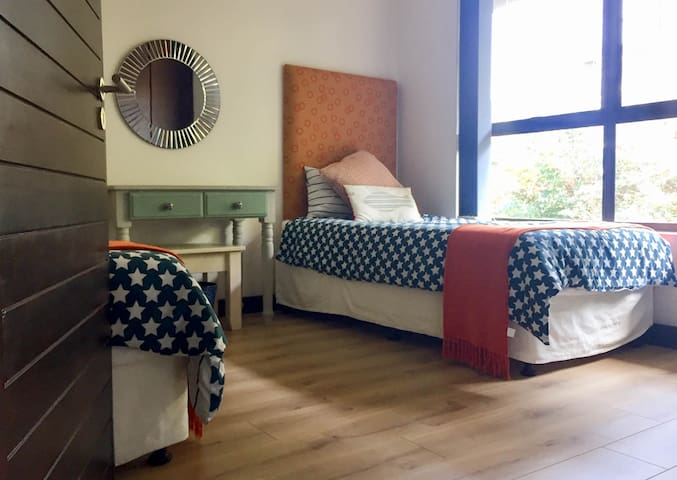 Flexible third bedroom with 2 single beds