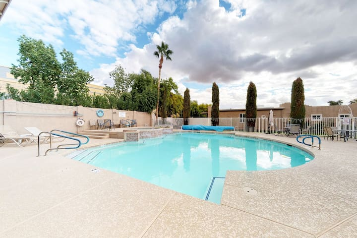 Quiet townhouse w/shared pool & hot tub - near activities