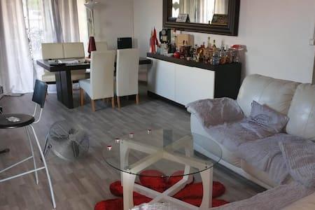 chambre triple (location de voiture possible) - Le Lamentin - Ház