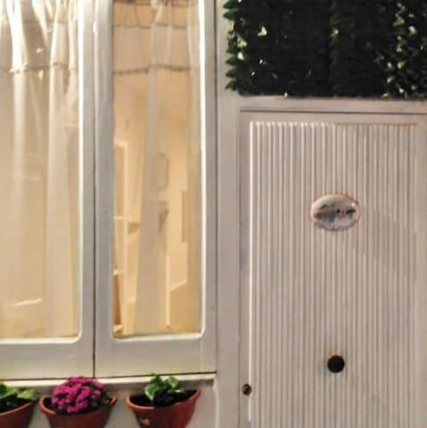 """Tipica abitazione napoletana...""""Basso""""....all'interno del palazzo."""