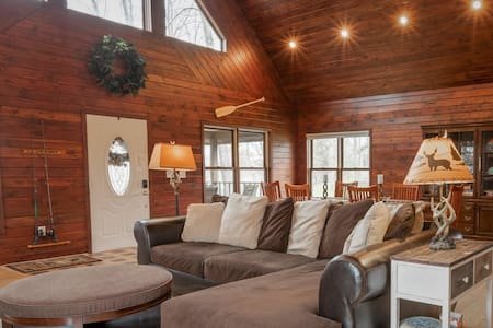 Gorgeous Family Cabin, Premier Lake, Spa, Sleeps 8