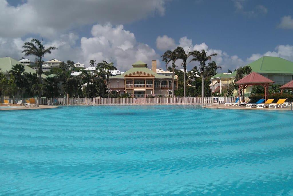 la piscine privée de la résidence