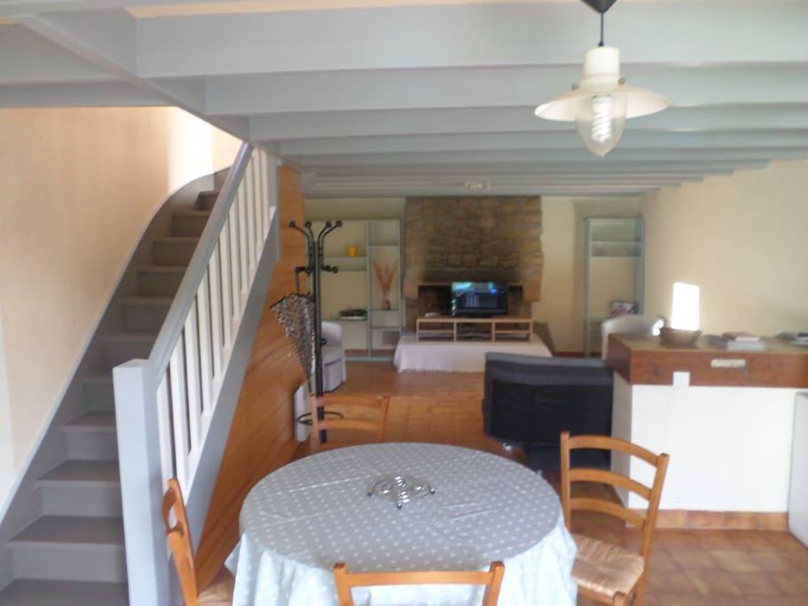 cuisine ouverte donnant sur la terrasse et le salon