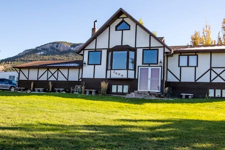 Mount Helena Cottage: Trailhead and Lake