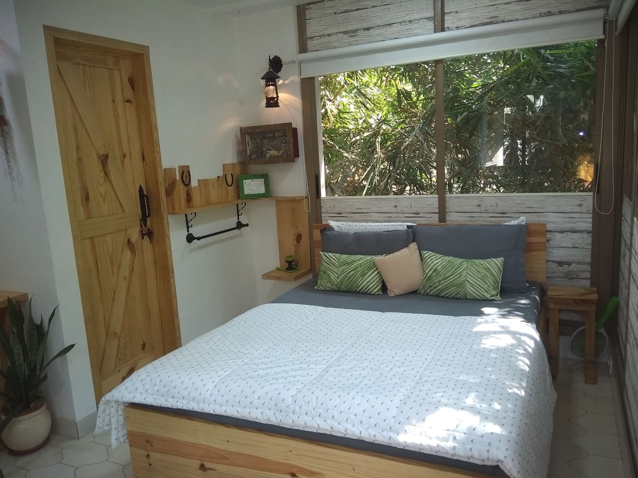 Another view of the room with a natural green backdrop and attached rest / bath