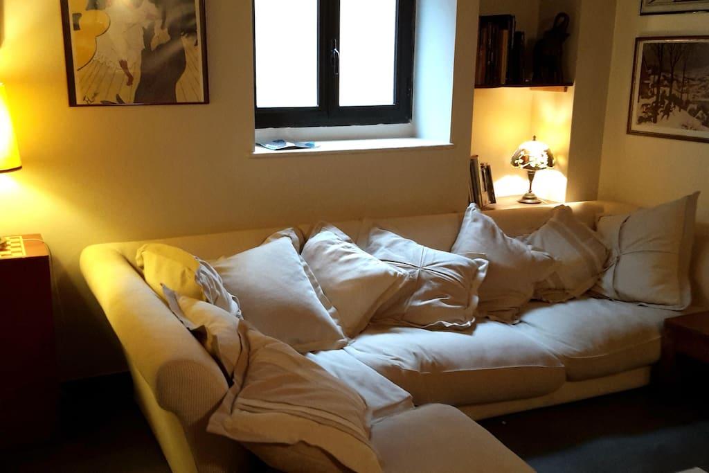 divani del salotto con il camino