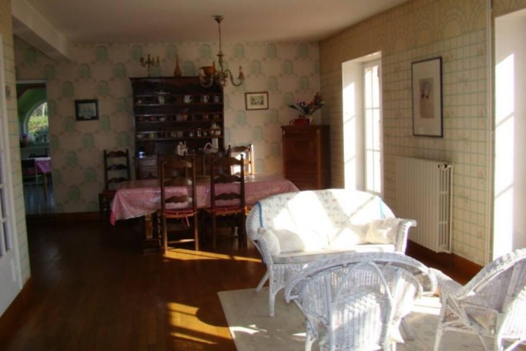 pièce à vivre, salle à manger avec porte fenêtre donnant sur la terrasse