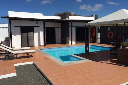 """Blue sky"" lanzarote beach house with heated pool - Chalet"