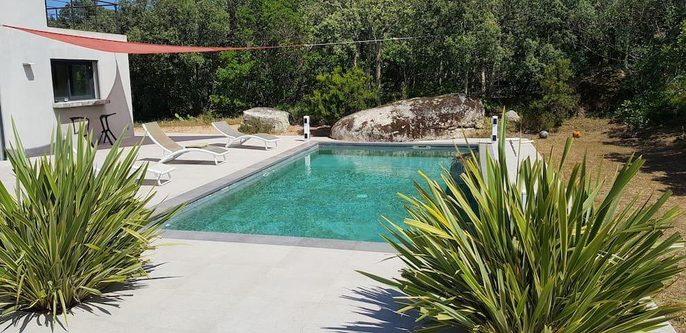 Chambre indépendante avec accès à une piscine .