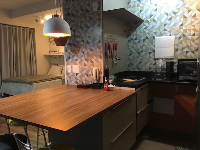Deliciosa e ampla cozinha, com uma mesa funcional para refeições e para o trabalho.