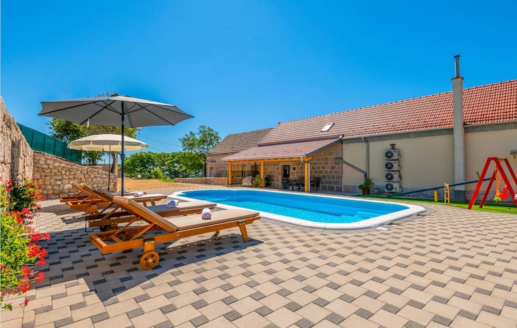 Stunning home in Imotski with Outdoor swimming pool, WiFi and 3 Bedrooms
