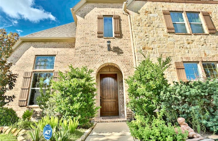 ENTIRE HOME 5 beds, 4.5 baths- for BIG FAMILY