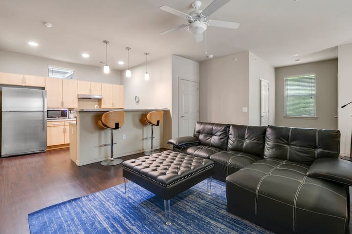 SoCo: Ultra-Modern 2 bed 2 bath privacy & location