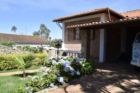 Linda casa com boa estrutura e área ampla de lazer