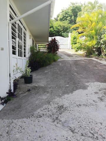 Vous accéderez par le portail du haut. L'entrée de l'appartement est sur la photo à gauche (bas de villa).