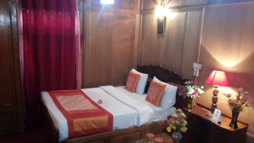 houseboat in dallake - Srinagar - Guesthouse