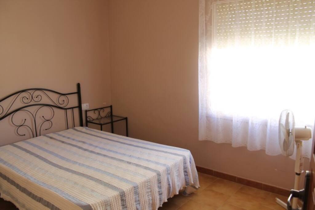 Habitación cama de matrimonio y gran armario