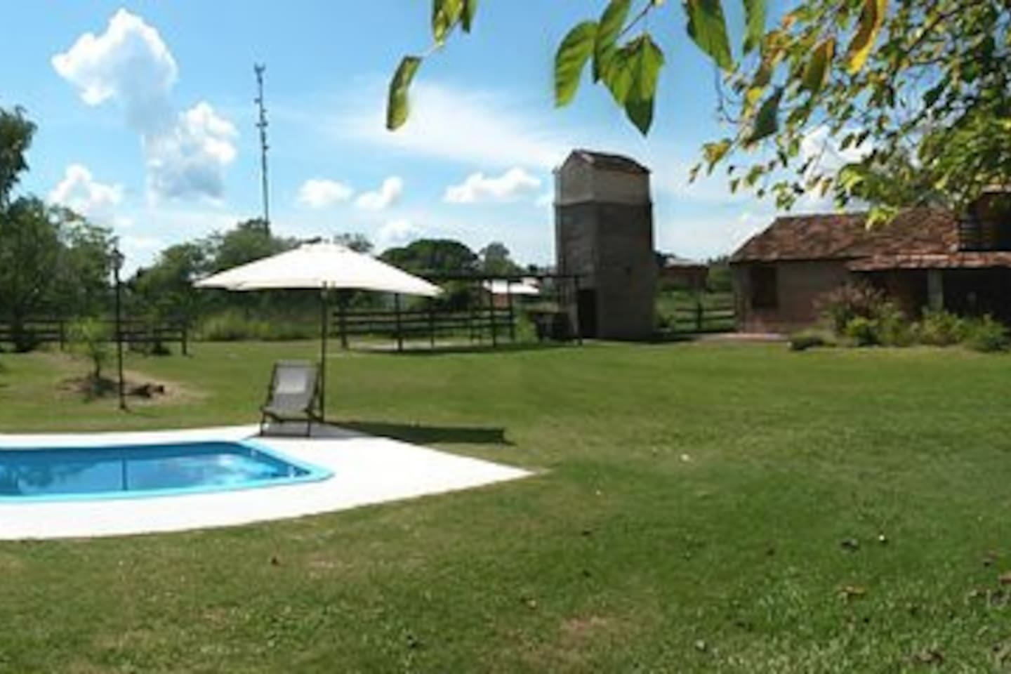 patio y piscina.