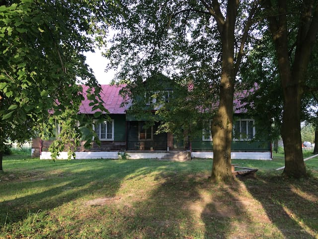 Unique camp-site in an old schoolhouse-SUMMER only - Zwierzyniec - Huis