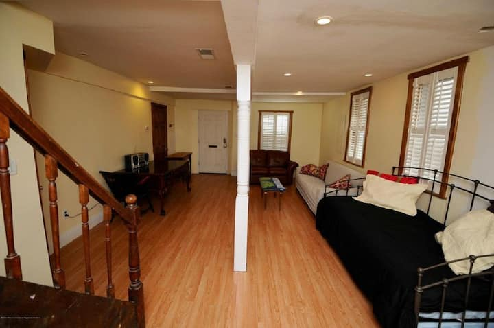 Beach block 1 Br Apt w badges, AC and wifi