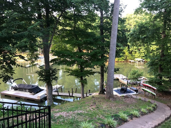 Beautiful Lakeside Retreat w/ FREE Pontoon***