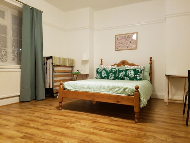 Large double bedroom in the heart of the Southbank
