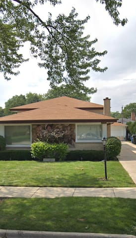 10 mins from O'Hare. 12mi to DT Family style home!