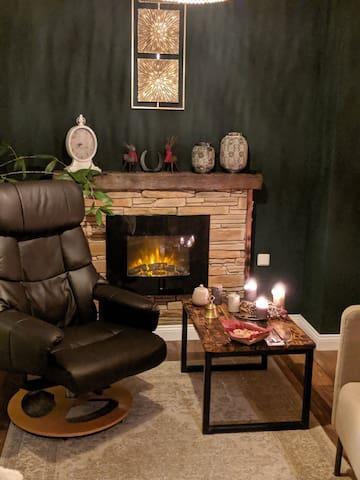 Ein Sessel am Kamin und eine goldene Wand