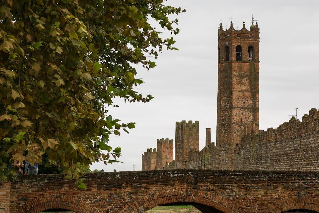 Vista della torre (dopo il campanile) dall'esterno delle mura