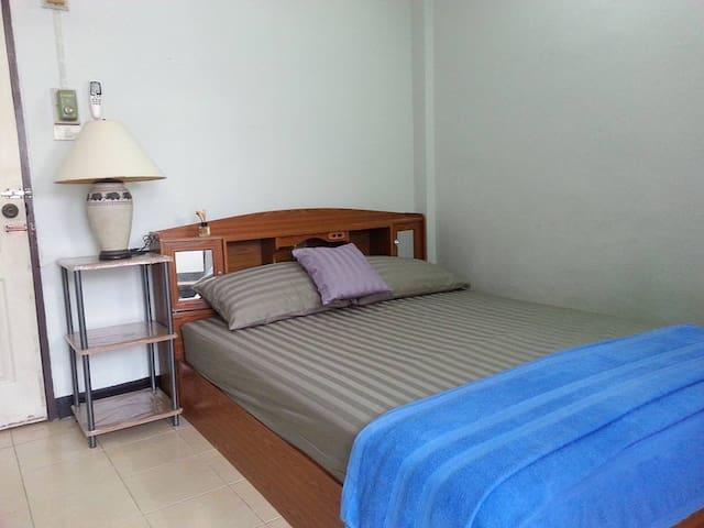 Cheap Rooms available at Roong-Arun Apartment - Bangkok - Apartament