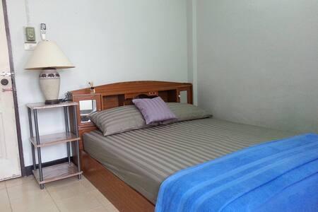 Cheap Rooms available at Roong-Arun Apartment - Bangkok