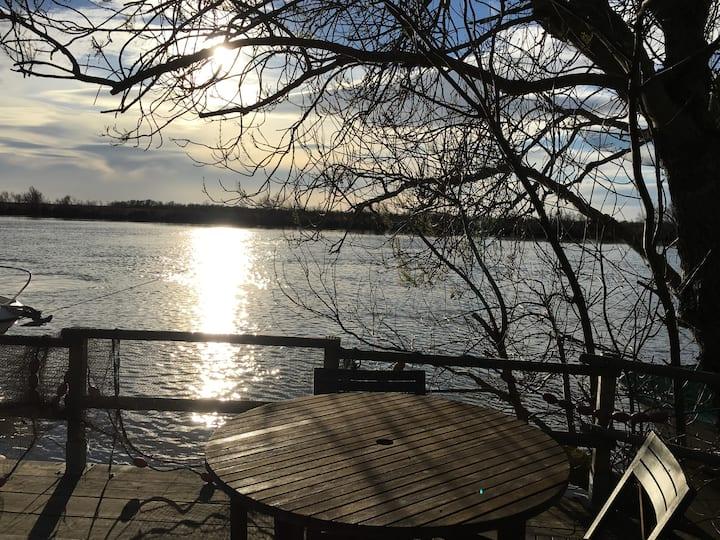 Le cabanon au bord de l'eau petit dejeuner ,linge
