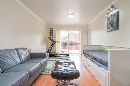 Prvt room,entry/exit,metro - Prestwich - Hus