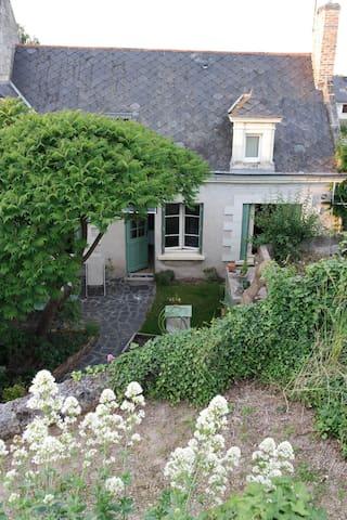 Voici ma maison avec un jardinet et une terrasse