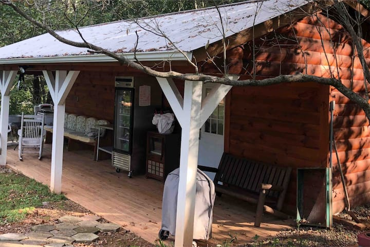 Relaxing Cabin Comfort Minutes from Town
