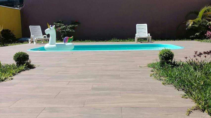 Área  de lazer com uma agradável piscina