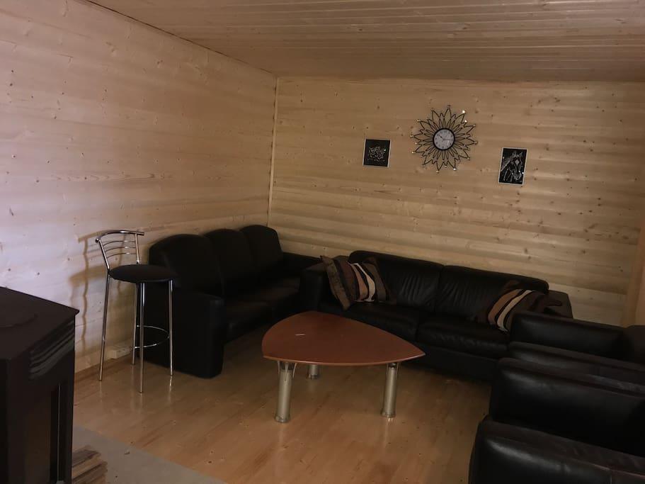 Комната с камином, стильной кожаной мебелью.