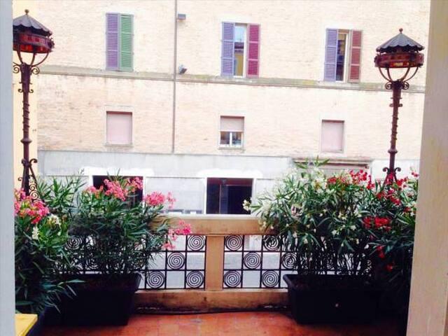 Residence Rocchi balcone sulla piazza