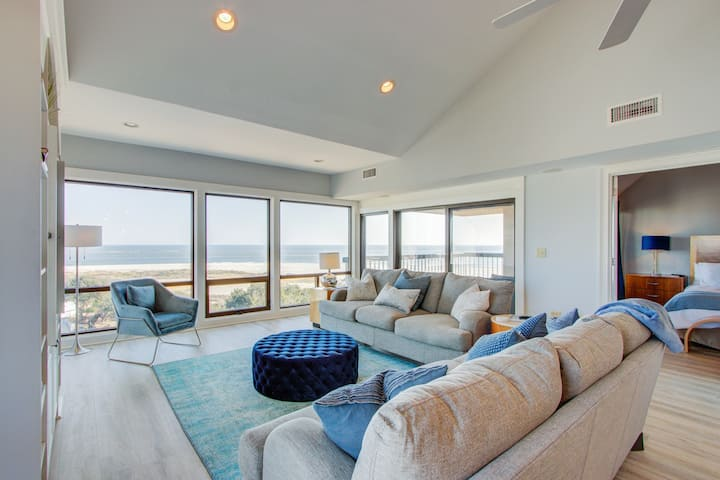 Luxury penthouse w/ stunning oceanfront views, 3 decks & shared pool/hot tub!