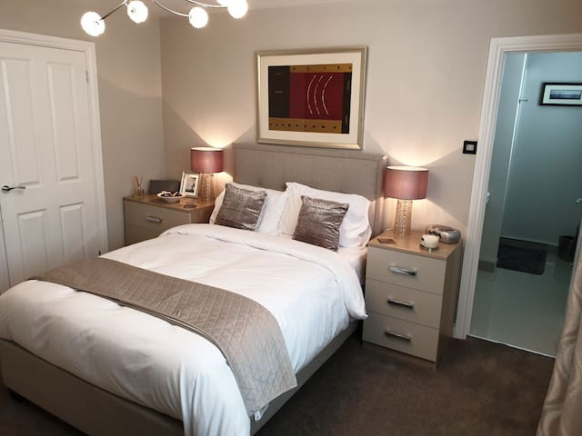 Double bedroom with En-Suite in quiet modern home