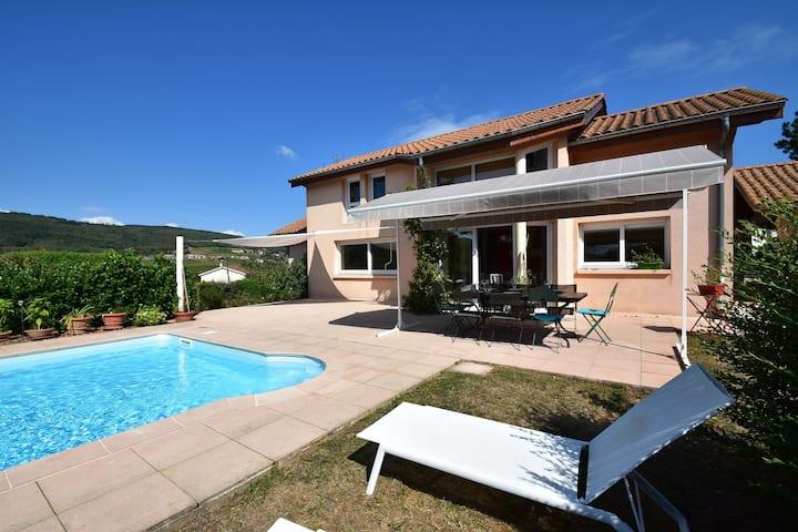 Villa ideónea en Leynes con piscina