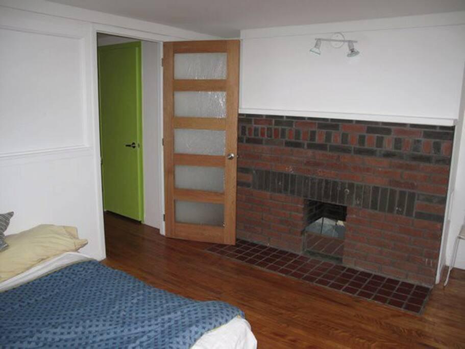 grande deuxième chambre, lit convertible en sofa, plancher de bois, bien éclairée