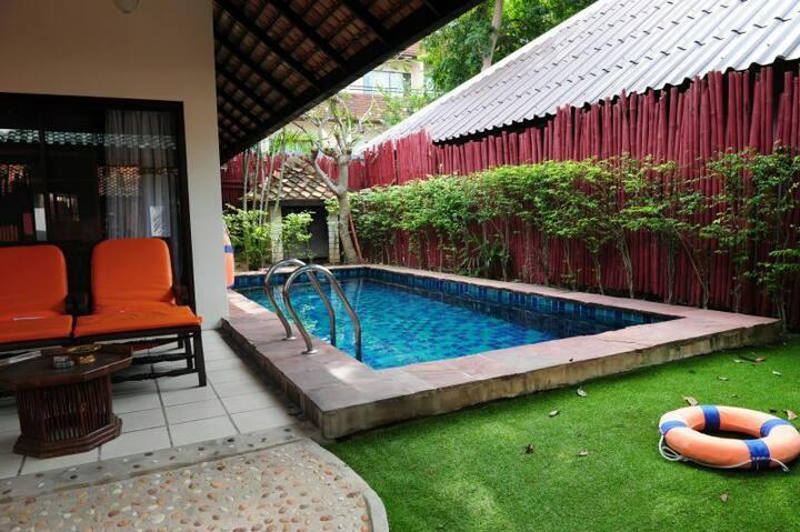 芭提亚市中心别墅,繁华路段,离海二百米,豪华装修,免费早餐,私人泳池!