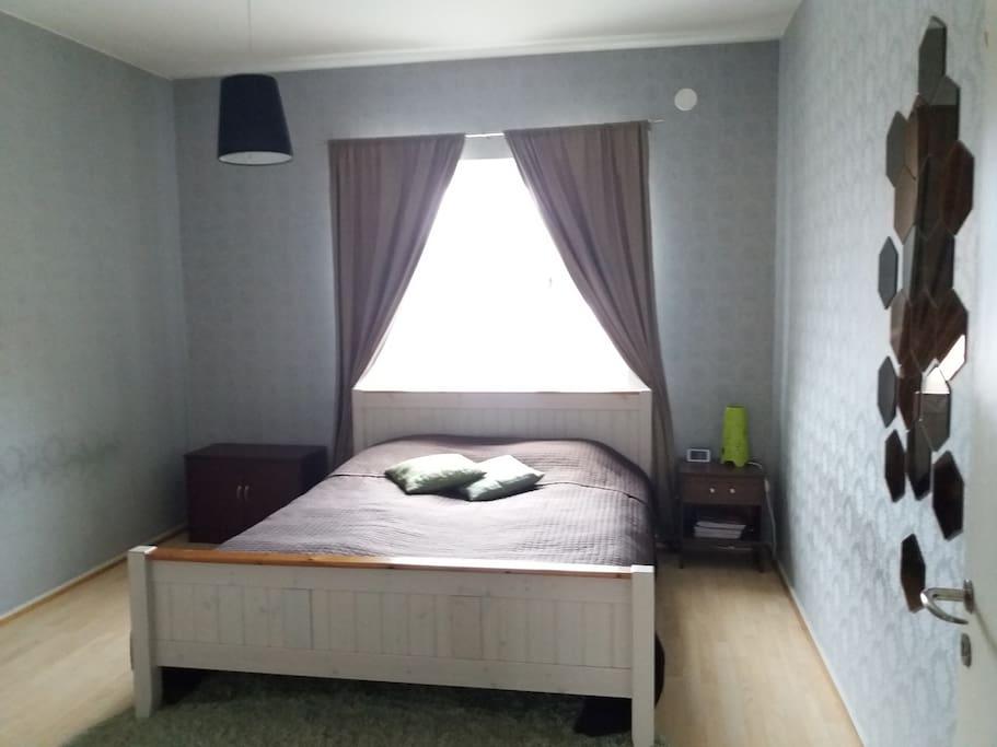 Makuuhuone, jossa 160 cm leveä parisänky.  Bed room where's 160 cm size double bed.