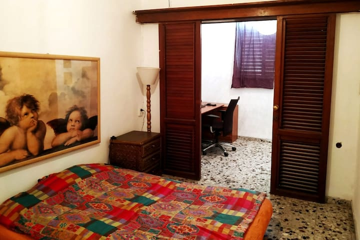 the room and the private desk (big screen, wirlees keybord and mouse are included)