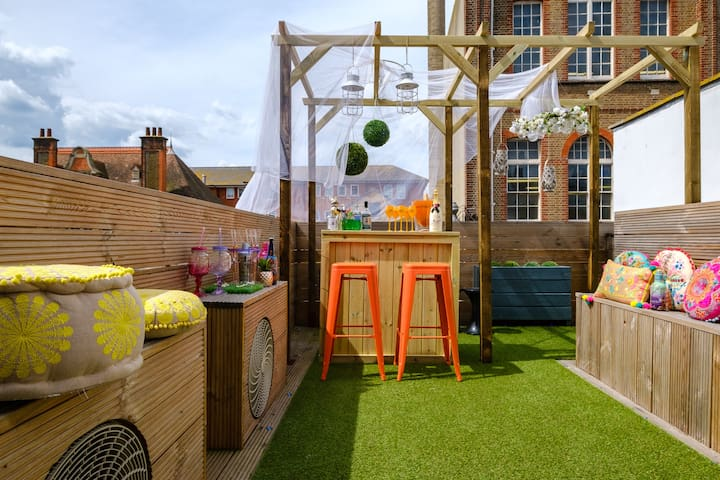 Unique, fun, sociable, sleeps 21 + roof terrace!