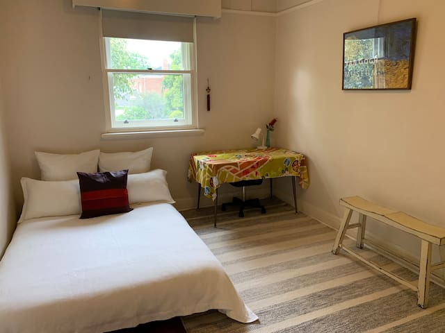 Double room in retro styled Bayside apartment