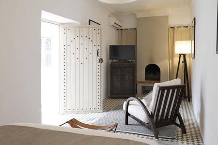 Le Petit Hôtel du Flouka - Riad Appartement : Chambre double avec coin salon TV et cheminée