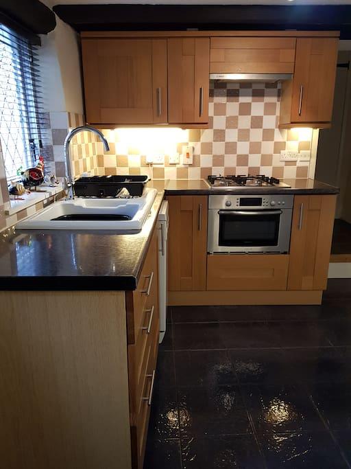 Oak Kitchen, Gas Hob,Multi Functional Oven & Dishwasher